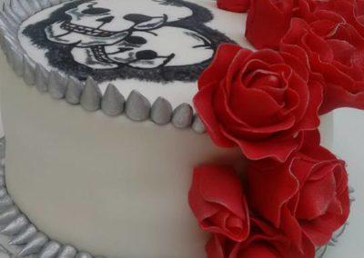 Bolo personalizado tema rock e rosas